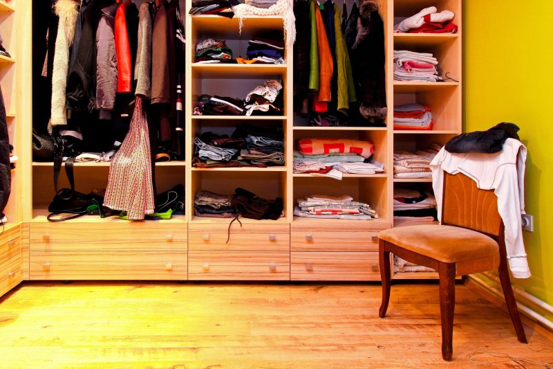 Baloncici100700213.jpg - corner of built in wardrobe with open shelves