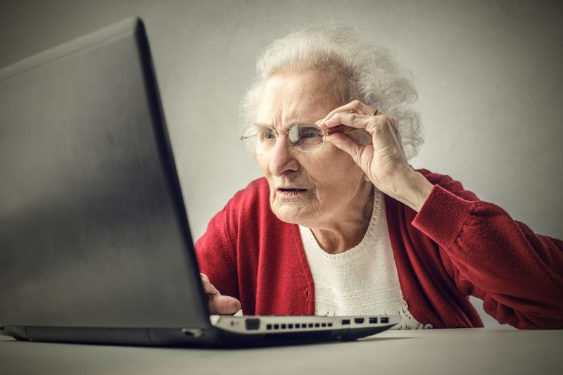 bowie15150200129.jpg - elderly woman surfing the net