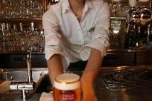 ベルギービールの注ぎ方日本一の「美しすぎるバーテンダー」
