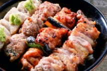 ご飯が見えない! 焼き鳥丼の元祖・京橋『伊勢廣』の4本丼