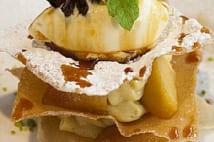 りんごのミルフィーユ 八角風味のアイスクリーム添え
