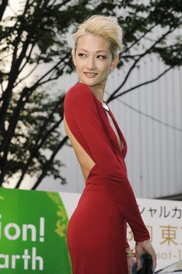 冨永愛 赤いドレスの胸元から何かが見えた?見えてない?|NEWS