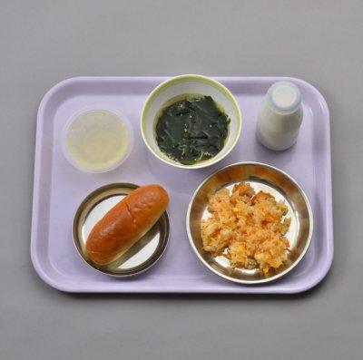 主食が小型パンで副食がキムチチャーハンという給食