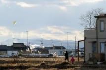 【被災地定点観測】瓦礫が撤去された敷地では親子の凧揚げも