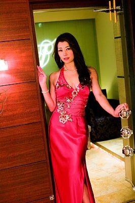 「不世出の女優」北条麻妃 妖艶な赤いドレス姿で胸元も露わ