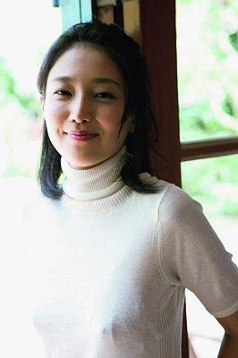ついに写真集が発売された謎の美女YURI