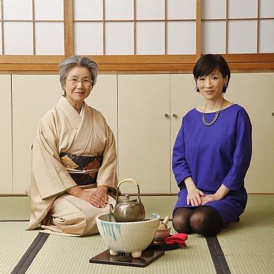 細江純子さん(右)と原千代江さんが17年ぶりに再会