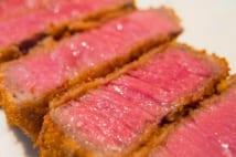 牛肉をレアで仕上げた大阪名物のビフカツ