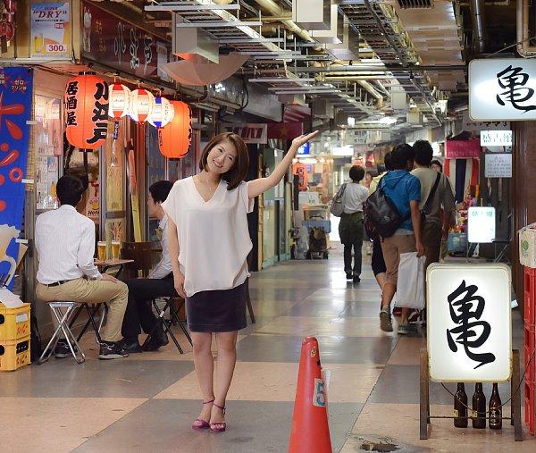 60年の歴史を持つ「浅草地下街」を訪れた古瀬絵理さん