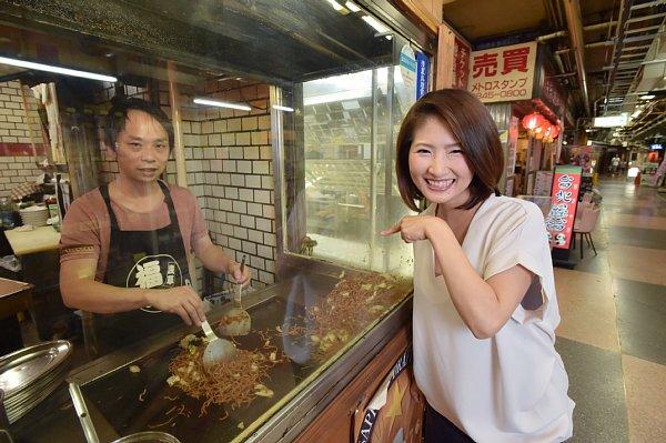 通路に向かって調理する焼きそば専門店『福ちゃん』