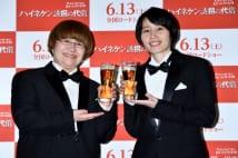 満面の笑顔で乾杯する2人