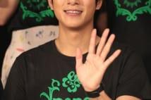 笑顔で手を振る溝端