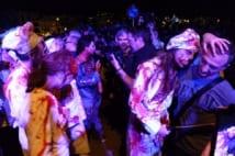 血のりが飛び散る!スペイン発「ガチなゾンビウォーク」に観客パニック