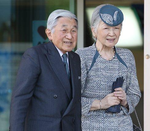 被災者と同じ目線になられる天皇皇后両陛下