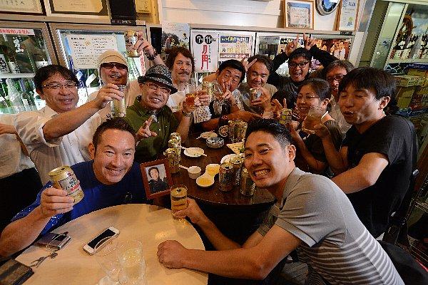 西海さん(写真手前左)を囲んで客の笑顔が絶えない店内