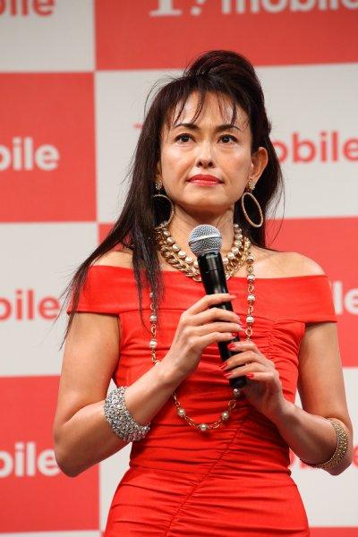 真紅のボディコン姿で登場した田中美奈子