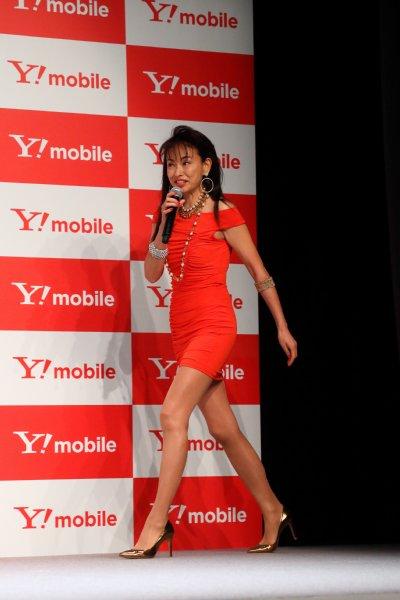 ボディコン着用で美脚披露の田中美奈子