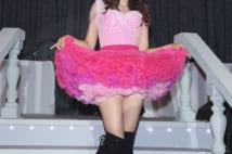 渡辺美奈代が30周年ライブでひざ上30cmミニスカ披露