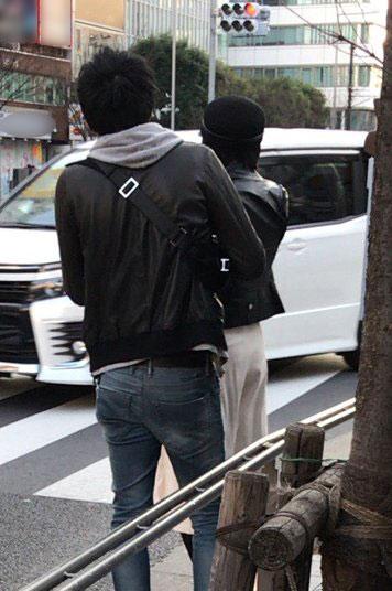 表参道でタクシーを拾う浅田舞と渡辺翔史