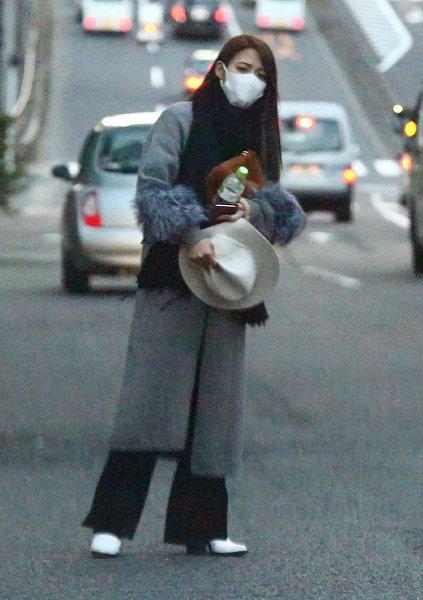 中居正広のマンションから出てタクシーを拾う武田舞香