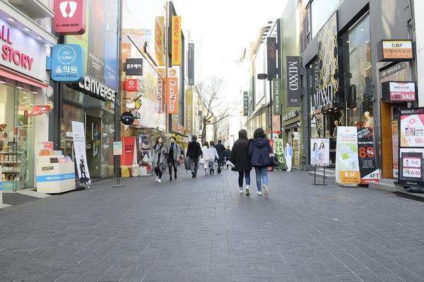 中国人の姿が消え閑散として明洞の街並み 共同通信社