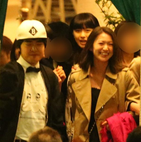 『東京タラレバ娘』の打ち上げでごきげんな様子の大島優子。後ろは榮倉奈々。