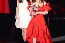 吉田沙保里が真紅のドレスでランウェイ 大歓声浴びる