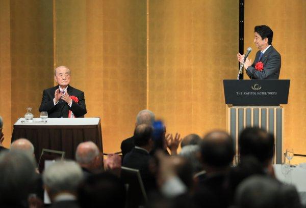 中曽根氏の白寿を祝い会合に出席した安倍首相(2017年5月15日/時事通信フォト)