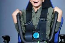 岡田結実が『エイリアン』のスペシャル4Dシートに座る
