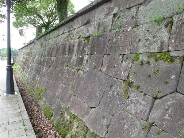 激戦の地「私学校」跡(鹿児島市)。塀に無数の弾痕が残る