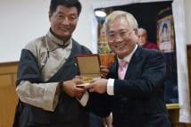 高須院長 チベットで亡命政府大統領に「高須平和賞」を授与