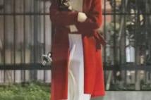 西内まりや 真っ赤なコートで愛犬抱く、かなり目立った夜