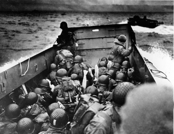 捏造写真の元になった1944年6月のノルマンディー上陸作戦時の写真 AP/AFLO