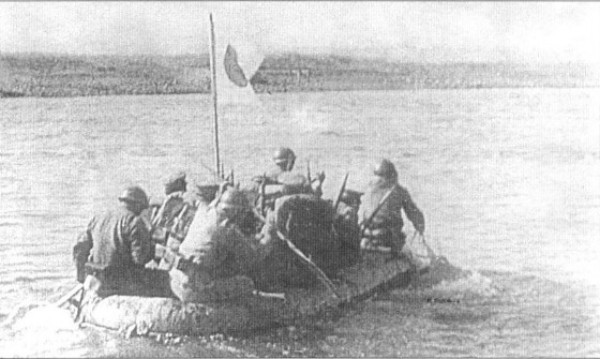 ノモンハン事件の「渡河作戦を実行中の日本軍」とされる写真が使われた。日の丸を旭日旗に改ざんし、竹島を合成した