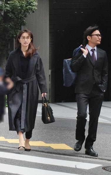 長谷川京子&新藤晴一 長女の入学式で揃ってメガネルック|NEWS