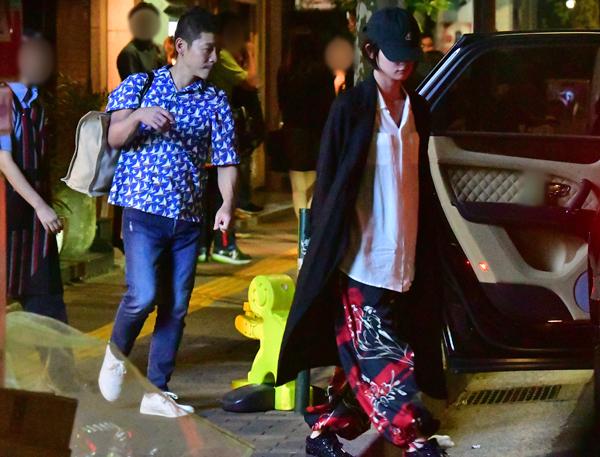 レストランを後にし、足早に車に乗り込む剛力と前澤氏