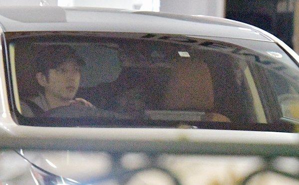 二宮和也&伊藤綾子 車中の初ツーショット写真を公開|NEWS
