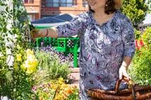 キャシー中島が自宅屋上に作った「自慢の庭園」を紹介