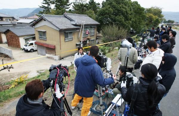 山下清氏の自宅周辺には報道陣が詰め掛けた(時事通信フォト)