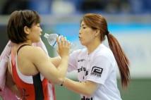 女子55キロ級決勝で向田真優(左、至学館大)のセコンドにつく吉田沙保里(同大職)=14日、東京・駒沢体育館