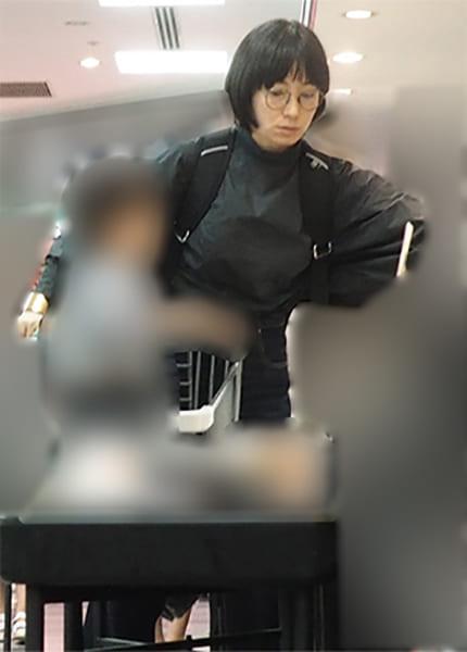 長男とスーパーで買い物する菅野