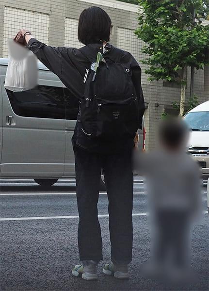 買い物を終えてタクシーを拾う菅野
