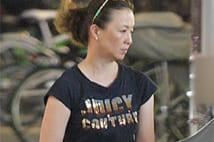 花田景子さん 体のライン出るタイトな黒Tシャツ姿の写真5枚