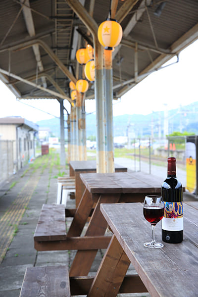 廃線になった昔の軽井沢駅のホームをカフェ&ワインバーにした『オーデパール』(撮影/菅井淳子)