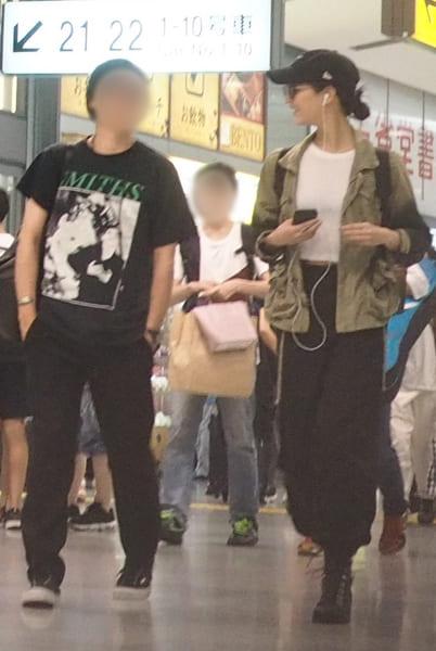綾野剛似のイケメンと仲良く新大阪駅を歩く菜々緒