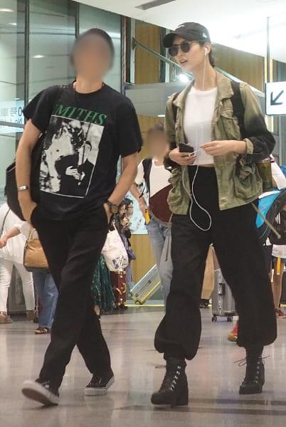 菜々緒とともに歩く男性はイギリスのロックバンド・THE SMITHSのTシャツを着用