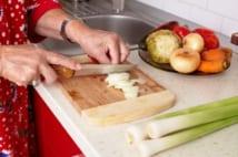 認知症の母、どんどん料理ができなくなる…現実と受け止め方
