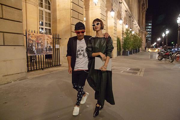 パリを密着して歩く2人