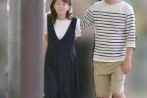 メガネを外した唐橋ユミ 心許す男性に腰や肩に手を回される写真