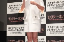 観月ありさの美脚写真、膝上の白スカート姿